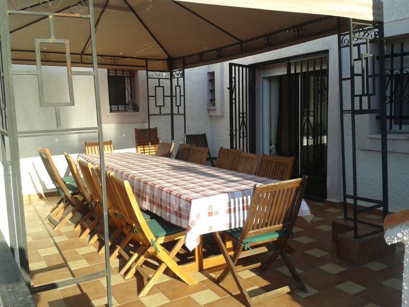 terraza salon, desyuna disfrutando de unas excelentes vistas