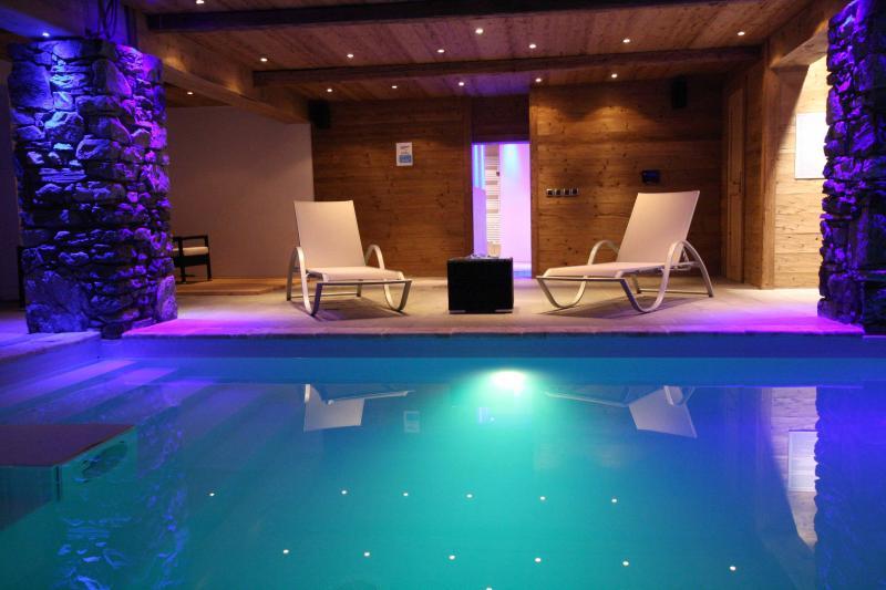 Atmosferische overdekt zwembad, een hot tub en een sauna met een prachtig uitzicht op de bergen