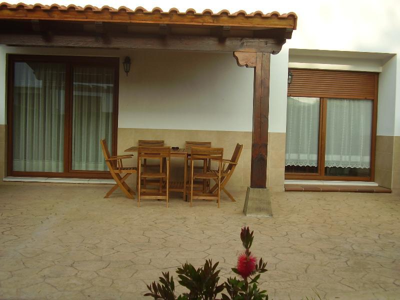 La Pergola - porche Jardin y Barbacoa cerca de Santillana del mar Cerca De Todo, holiday rental in Miengo