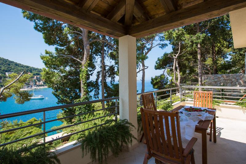 Azure - peaceful seafront 2 bedroom apartment with balcony + private garden, vacation rental in Dubrovnik