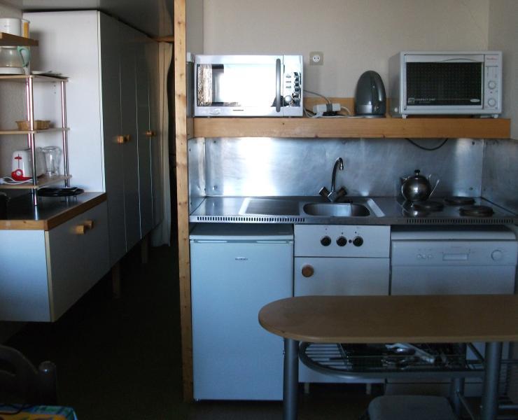 Keuken met vaatwasser, magnetron, gewone oven, 'koelkast, kookplaten etc
