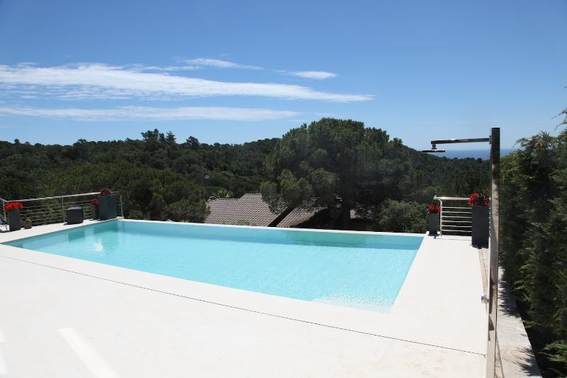 Enjoy the infinity style swimming pool with fantastic views
