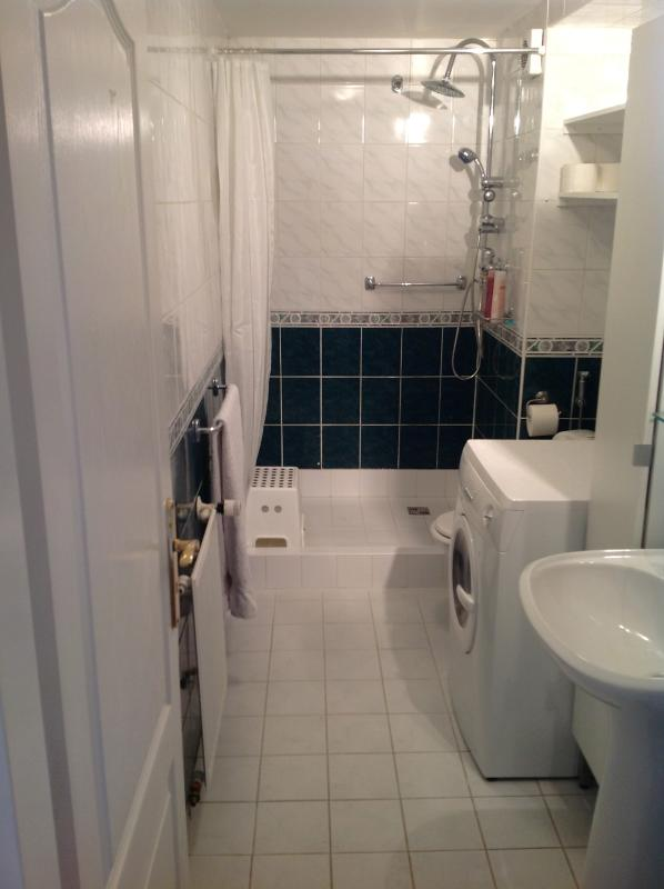 Baño principal con lavadora para sus necesidades de servicio de lavandería.