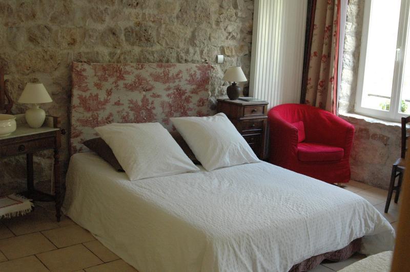 La chambre L'Orta (lit 140 x 200 + lit simple), face au Roc Castel. Idéale pour 2 à 3 personnes