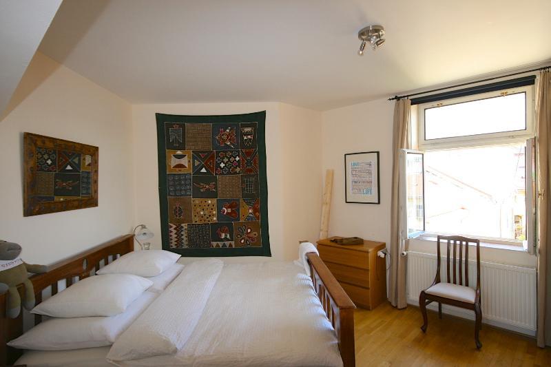 Dormitorio principal. Cama con espuma de memoria y ropa de cama de calidad.