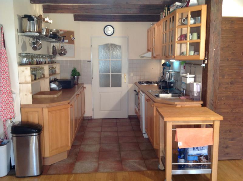 Cocina totalmente equipada, cocina de gas, lavavajillas, todas las comodidades modernas.