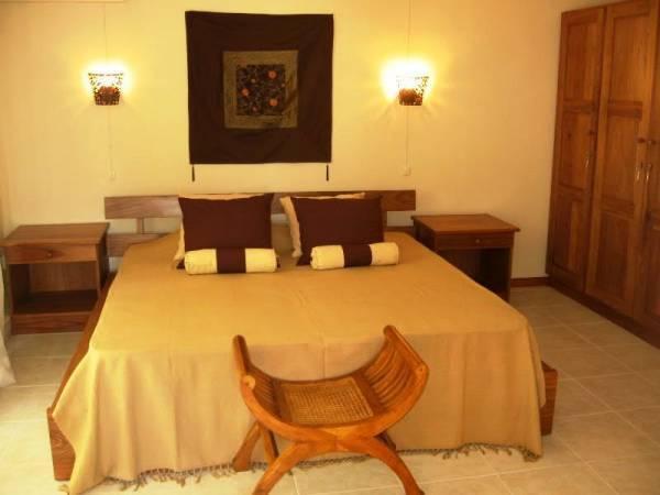 Master bedroom, including air cond, safe and en-suite shower room