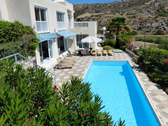 Havsutsikt villa, med avskild extra långa 13 meterspool, uteplats och lummiga medelhavsträdgårdar