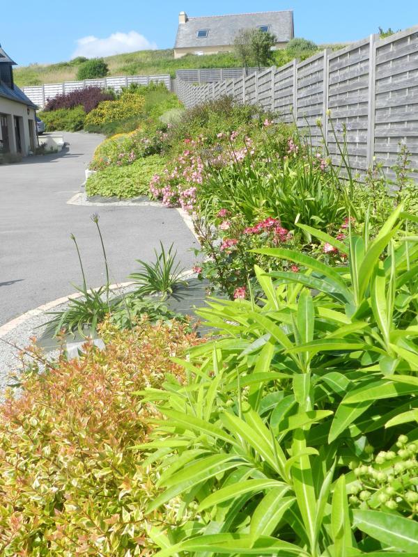 ummauerten Garten und Blumen.
