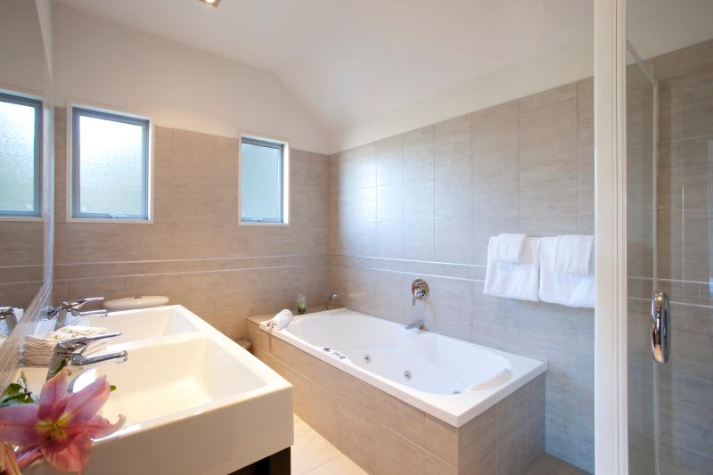 Ensuite with spa bath