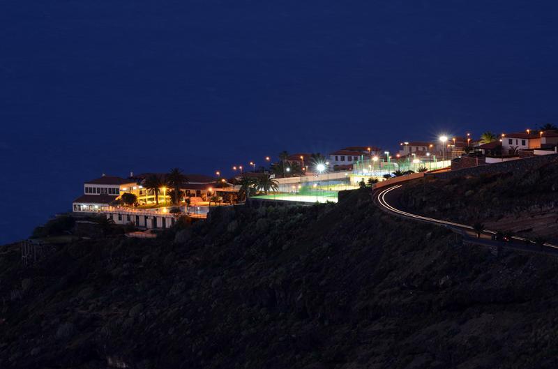 vista nocturna de la loma donde se encuentra la urbanización, delante el club Tagoro.