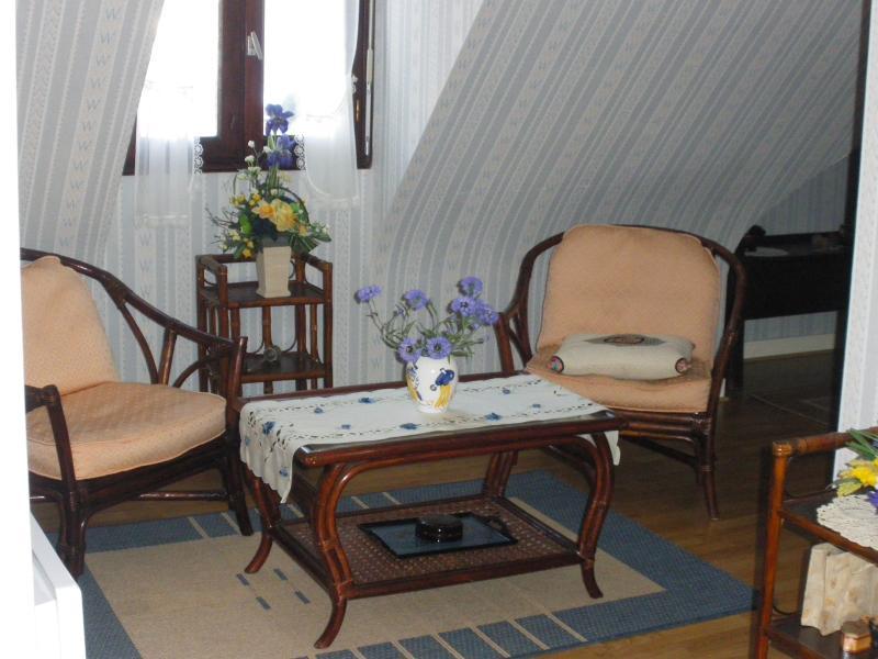Kleines Wohnzimmer auf dem Boden.