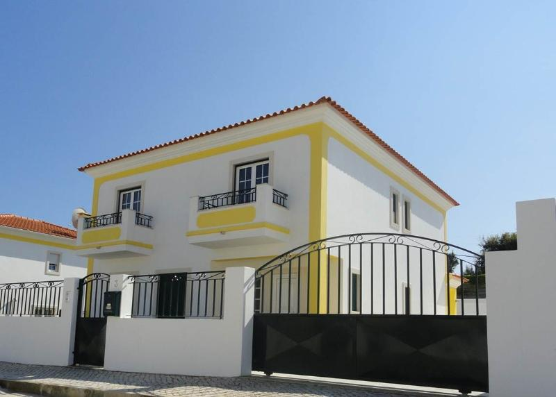 Beautiful detached villa with private pool in quiet location close to Obidos