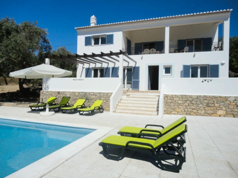 Met prive zwembad en grote, unoverlooked zonneterras met ligbedden