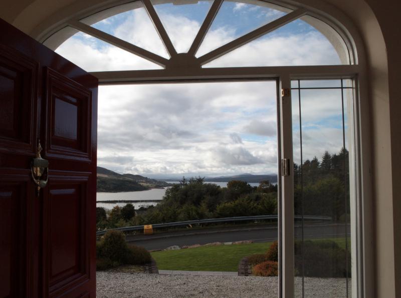 Blick von der Haustür über Lough swilly und marina