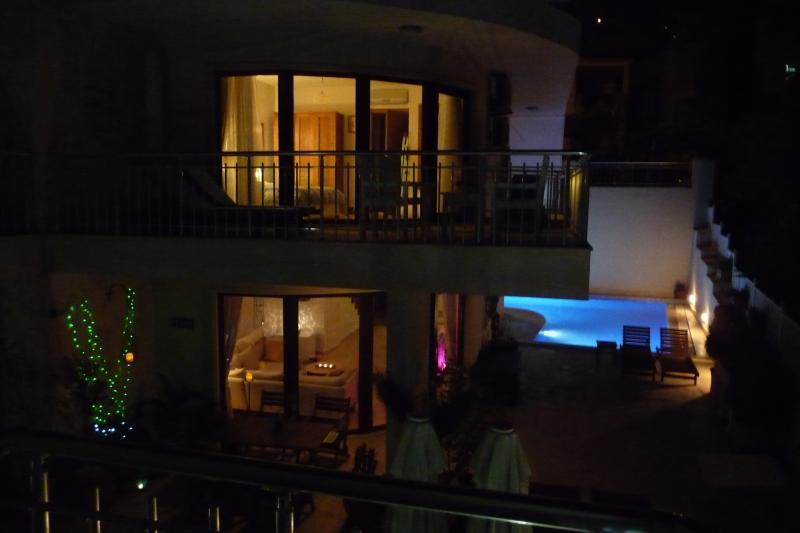 La perle a l'air superbe la nuit, avec 2 niveaux de luxe et la piscine à seulement quelques pas