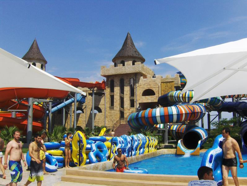 Nearby water park with free shuttle bus within two minute walk.