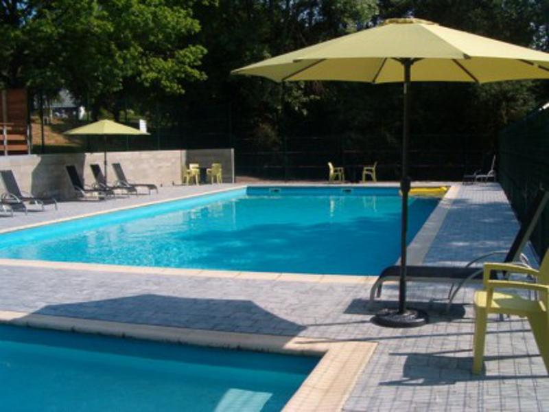 La piscine extérieure (entrée gratuite en juillet-août)