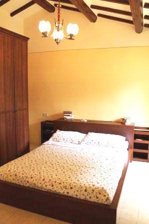 brillante y soleada habitación doble con techos de vigas