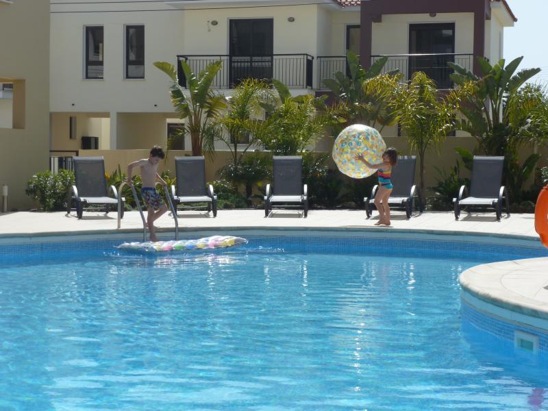 Criança amigável piscina e terraço...