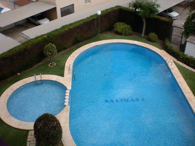 Preciosa piscina para niños y para mayores con solariun el apartamento es un cuarto piso todo exteri