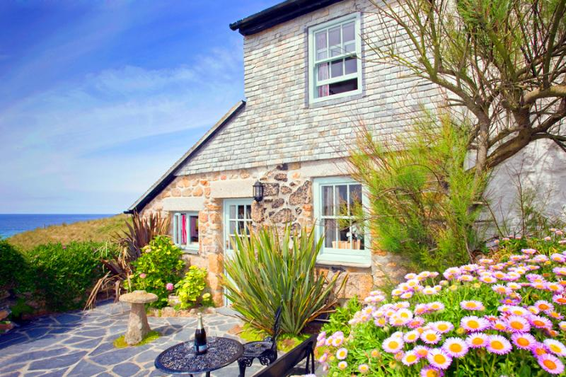 LITTLE PETRA, Charming cornish cottage by the beach with lovely garden and views, casa vacanza a Sennen