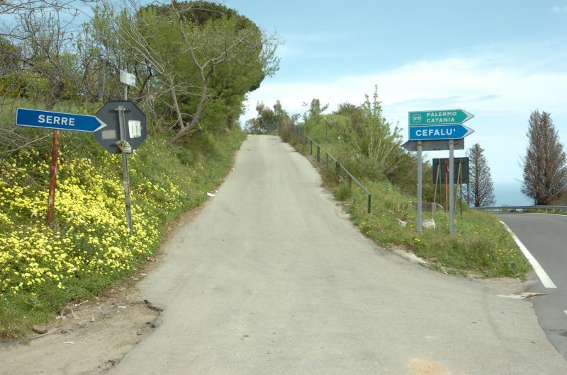 En el cruce antes de la cruz - Serre, 9 km de Cefalu, tome este video y 200 metros serán arrvati
