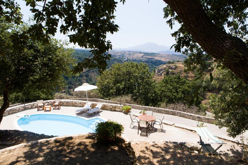 Stone Built villa Limeri, with private pool+BBQ+Shaded Patio.15km to town-beach, vacation rental in Kato Valsamonero