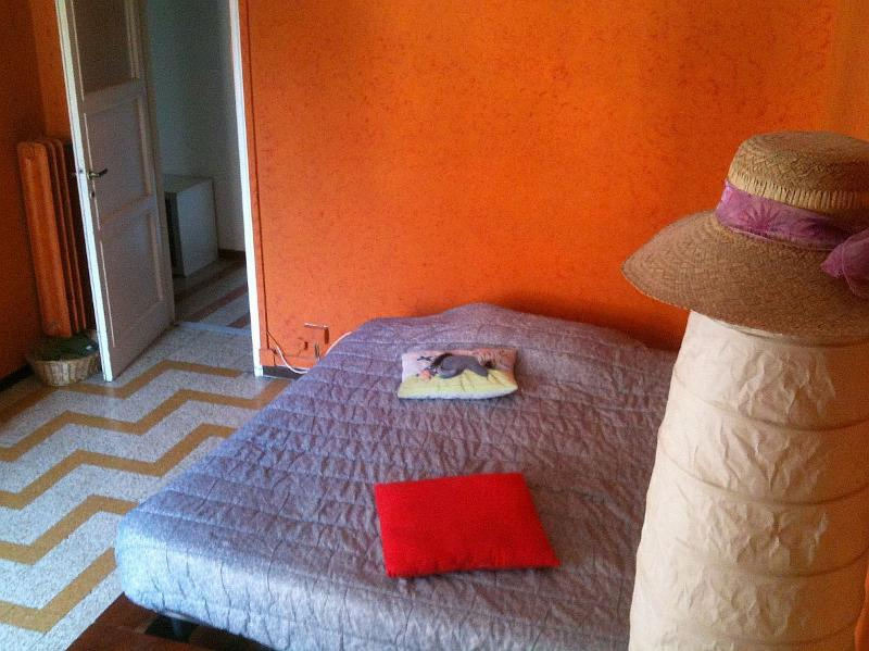 Camera da letto (letto matrimoniale, armadio, scrivania)