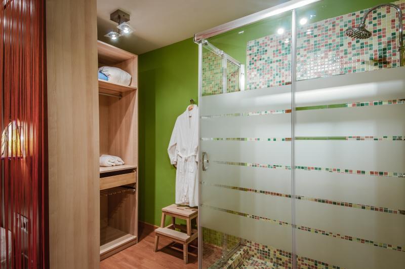 Shower & dresser