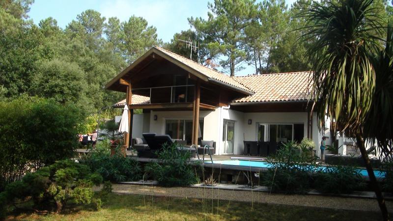 Sul completo arquiteto exposto com o seu terraço, casa de madeira mais de 100 m ² em redor da piscina