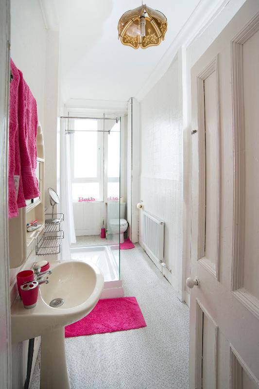 Cuarto de baño moderno con el estado si la ducha arte