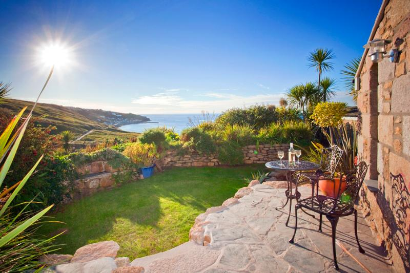 THE STUDIO, romantic studio by the beach with lush garden and superb sea views, vacation rental in St Levan