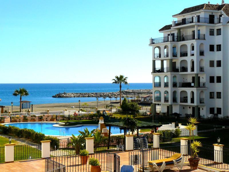 Beachfront sunny apartment in Marina de la Duquesa (Duquesa Port), Costa del Sol, holiday rental in Manilva