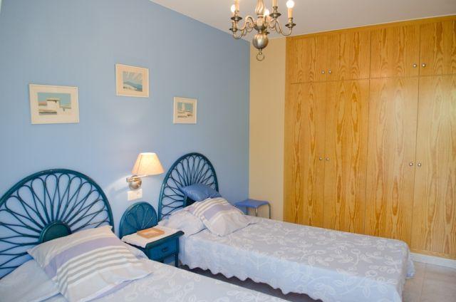 Dormitorio doble  con gran armario empotrado de cuatro cuerpos