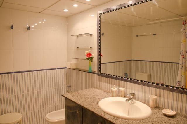 Baño compleo muy grande en el primer piso