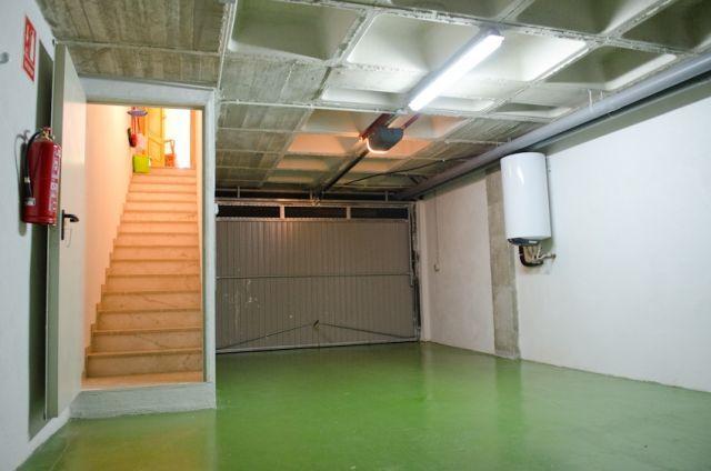 Garaje privado en el sotano de la casa, con plaza para dos coches