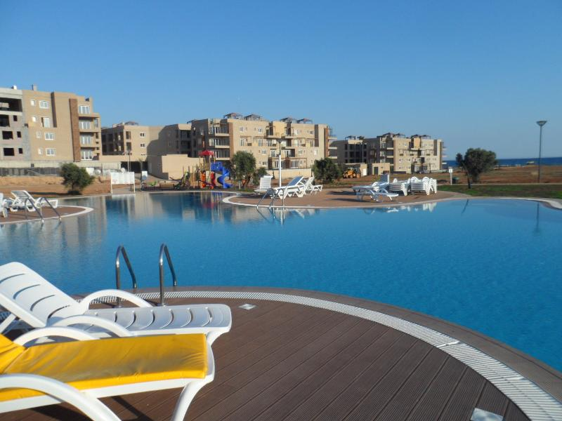 Luxury 2 Bed Apt with Jacuzzi, holiday rental in Bogaz