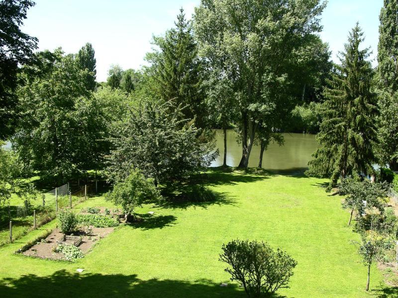 Grand jardin en bord de Seine , la pêche y est possible.