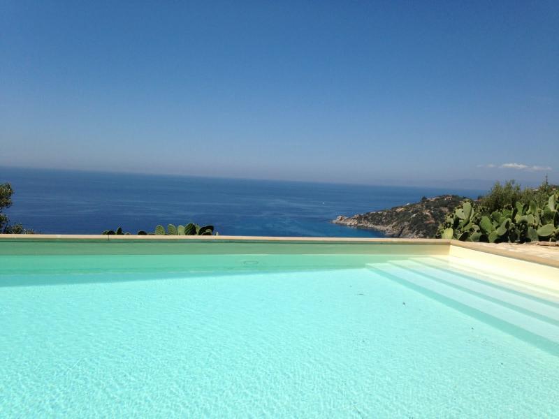 Villa Barretti - private villa with gorgeous sea views and its own pool, location de vacances à Torre delle Stelle