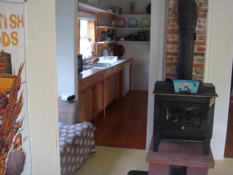olhando para a cozinha de madeira fogão sala confortável.
