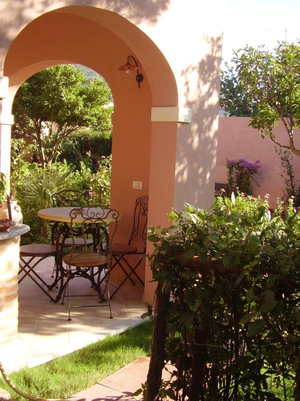 patio con zona pranzo esterno