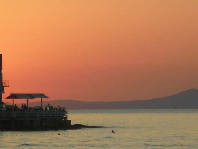 Godetevi il tramonto dalla terrazza villa o unirsi Estate Festa nel porto, con musica dal vivo e danza.