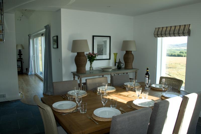 El comedor es abierto y goza de unas vistas impresionantes. Es perfecto para ambos grandes y pequeños grupos.