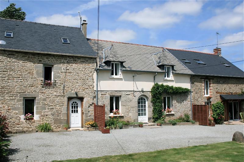 Maison Calon Lan - Maison Granit far left