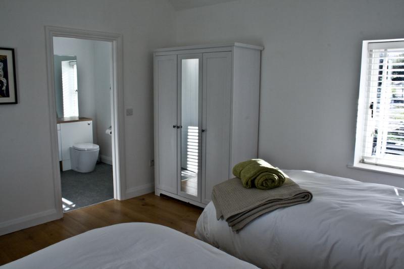 Dormitorio 2 con dos camas individuales de lujo. La habitación también se puede hacer para arriba como un rey super cama