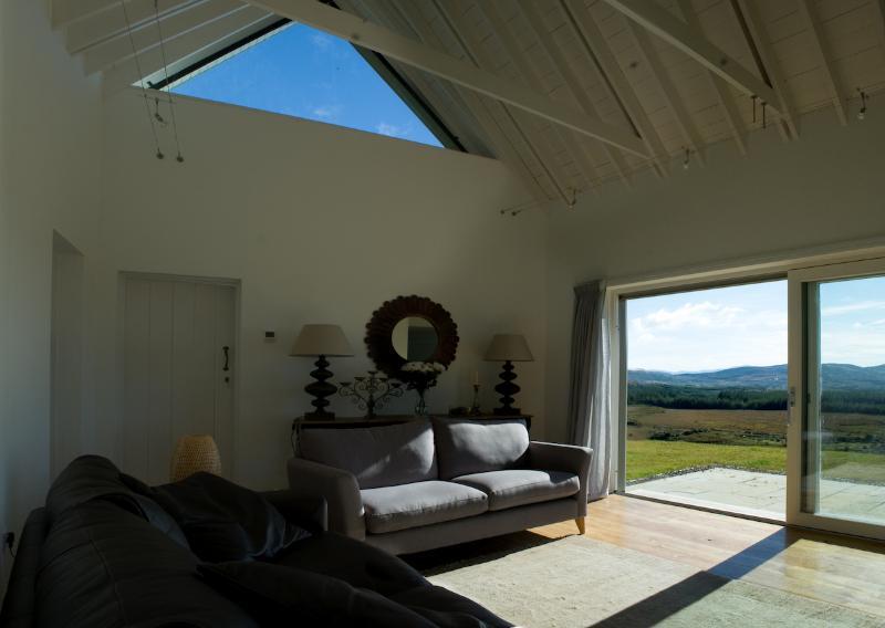 La luz, luminosa sala de estar proporciona hermosas vistas durante todo el día.