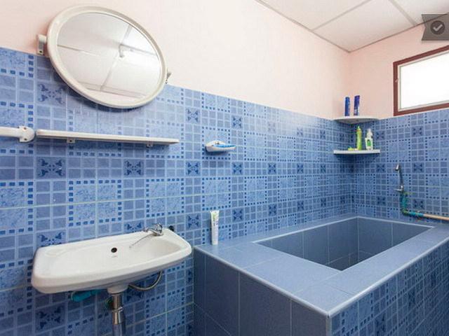 Bad mit Wanne und Dusche heißes und kaltes Wasser