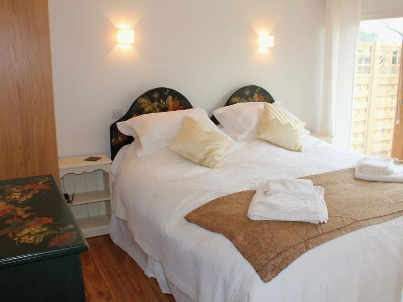 The bedroom has zip & link beds offering a 6 ft double or twin beds