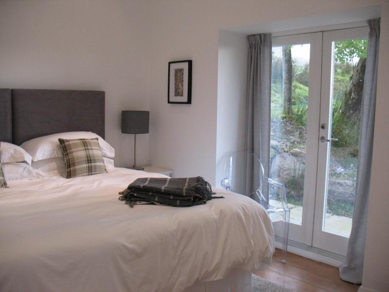 Dormitorio 3 formado por un rey super lujo cama.